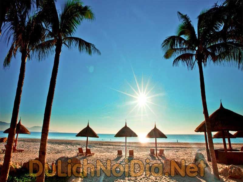 bải biển Dà Nẵng vắng khách do ảnh hưởng của dịch Covid 19