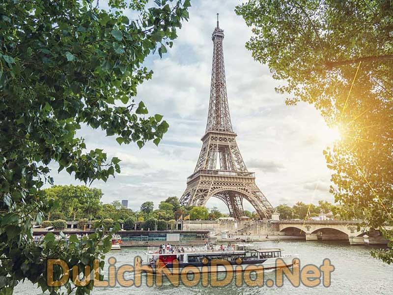dòng sông Seine và tháp Eiffel