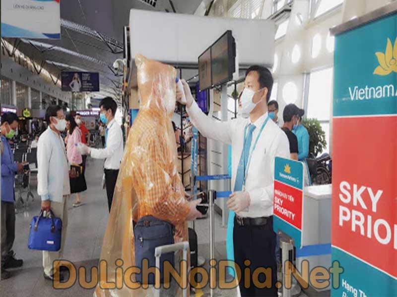 kiểm tra thân nhiệt tại sân bay